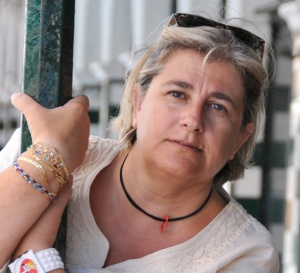 """Amb """"La cara B"""", una obra escrita amb el rerefons de la corrupció política a València des d'una òptica renovadora, però amb els elements canònics del gènere, Esperança Camps s'inicia de manera brillant en la novel•la negra. El llibre ha estat editat per Llibres del Delicte."""
