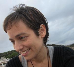"""Fa pocs dies ha arribat a les llibreries el segon llibre de Sònia Moll Gamboa """"Creixen malgrat tot les tulipes"""" (Viena edicions), guardonat el 2012 amb el premi de Narrativa Curta """"25 d'abril"""" de la Vila de Benissa (Marina Alta). Sònia Moll va néixer a Barcelona l'any 1974 i és filla de mare xilena i de l'escriptor menorquí Antoni Moll Camps i està molt vinculada a Menorca tant per les seves estades a la nostra illa com pels llaços familiars i d'amistat que hi té."""