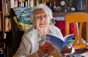 El passat mes de juliol complia els 100 anys l'escriptora Joana Raspall (Barcelona, 1913). Autora d'una extensa obra literària i lingüística, ha cultivat els diferents gèneres literaris (poesia, narrativa, teatre), i s'ha especialitzat en la literatura per a joves.