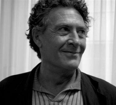 Hilari de Cara i Casaleiz (Melilla, 1945) ha estat guardonat recentment amb el premi Carles Riba de poesia que publicarà Proa. És professor de literatura, poeta, narrador, gestor cultural, traductor i col•laborador habitual de diversos mitjans de comunicació i revistes culturals.