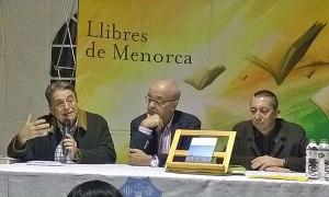 El cap de setmana passat s'ha celebrat a la plaça des Born de Ciutadella la XI Fira del Llibre en Català. Com és habitual, al llarg dels dos dies s'han organitzat un seguit d'actes relacionats amb el llibre i la lectura. A la foto, Manuel Cuyàs, Ponç Pons i Miquel À. Maria. (Fotografia: Bep Joan Casasnovas)