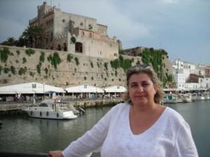 """Fa pocs mesos sortia publicada la novel·la """"L'illa sense temps"""" (Editorial Meteora) de l'escriptora ciutadellenca Esperança Camps, la desena d'una autora que manté una producció intensa i continuada de la seva obra literària."""