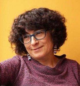 """Isabel Graña Zapata (Badalona, 1964) acaba de publicar el llibre de poesia """"Mudar de pell"""" (Ed. Meteora). L'autora és gestora cultural i investigadora. Doctorada en Literatura Catalana (UAB), es dedica a la recerca de la història de la literatura i la cultura catalanes."""